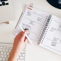 agenda et clavier d'ordinateur